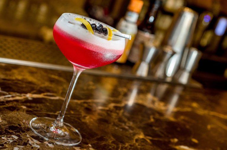 Isola Bar agora tem filial no itaim. Do balcão, saem coquetéis como o saem coquetéis como o hoolberg, feito de chope Heineken, licor Cointreau, licor Tia Maria e café. Foto: Tadeu Brunelli