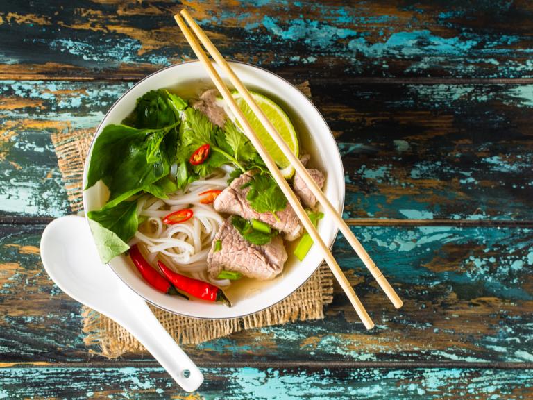 Pho, típico caldo aromático do Vietnã, tem versões feitas com peito de frango, tofu e vegetais, no vietpub Bia Hoi. Foto: Keiny Andrade