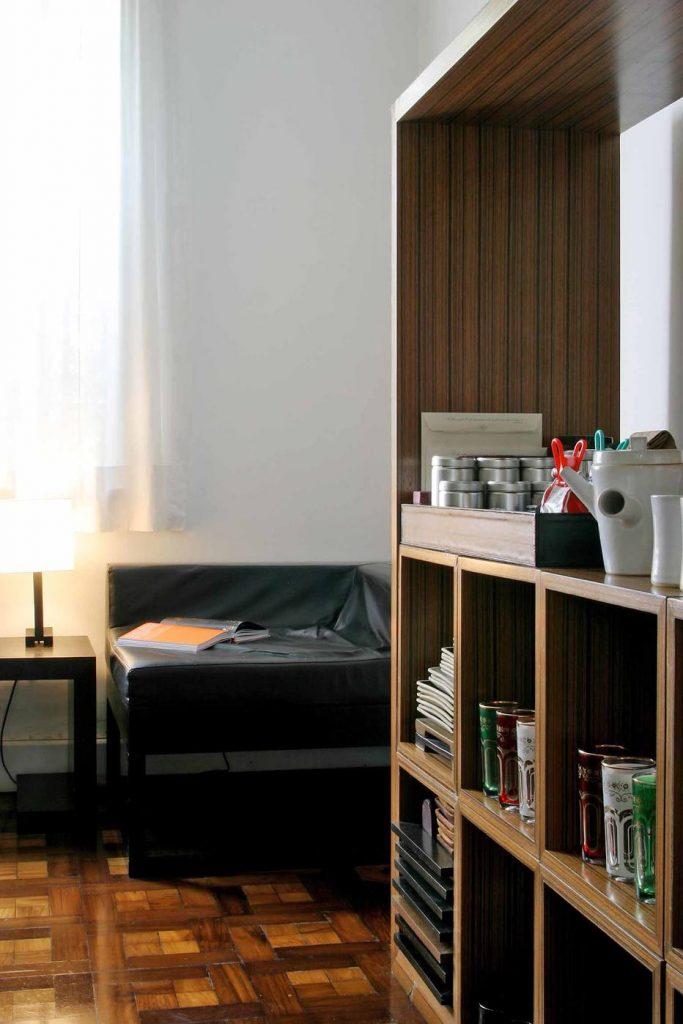A estante modular tem mil e uma utilidades. Na sala de jantar aparece como bar e aparador, na sala de estar vira rack e estante de livros. Foto: Rogerio Assis/AE
