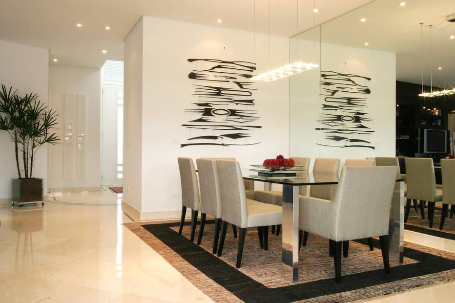 Na sala de jantar, a mesa de vidro não interfere nas imagens refletidas pelo espelho fixado na parede de fundo. Foto: Rogerio Assis/AE