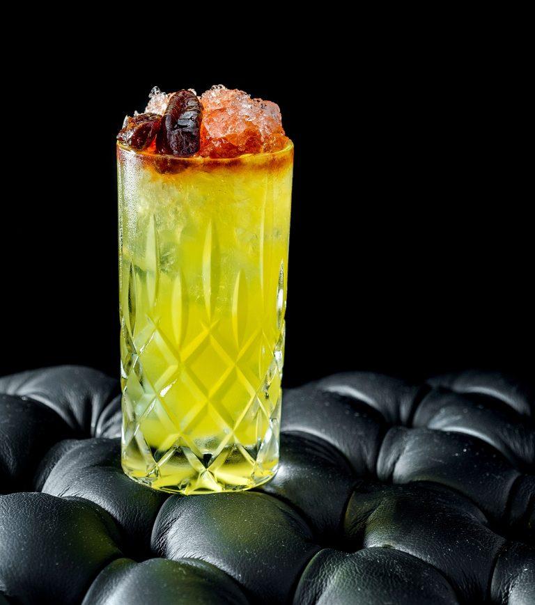 O burji khalifa, do Tetto Lounge Bar, leva gim com infusão de açafrão, limão, arak – destilado árabe –, soda de cardamomo e angostura. Foto: Foto: Tadeu Brunelli