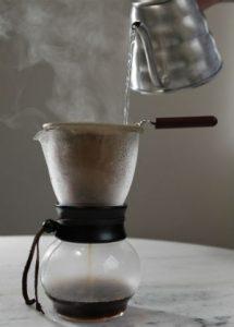 Café coado no algodão: o resultado fica entra o amargo e o equilíbrio. Foto: Paladar/Estadão