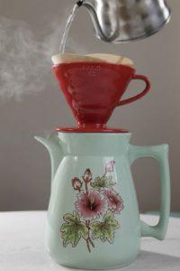 Café coado no papel convencional, em suporte Hario ou comum. Foto: Paladar/Estadão