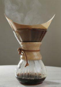 Café coado no papel do tipo origami, no método Chemex: fica entre equilibrado e doce. Foto: Paladar/Estadão
