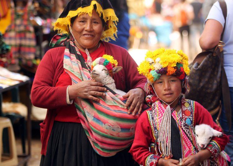 Locais com roupas típicas no mercado do Pisac, no Vale Sagrado do Peru. O país ficou em primeiro lugar entre os dez melhores destinos de 2019, segundo o júri do 'Viagem'. Foto: Werther Santana/Estadão