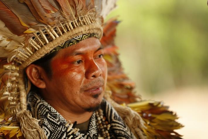 Liderança do Acre, Ninawa Huni Kuin é uma voz no documentário . Foto: divulgação