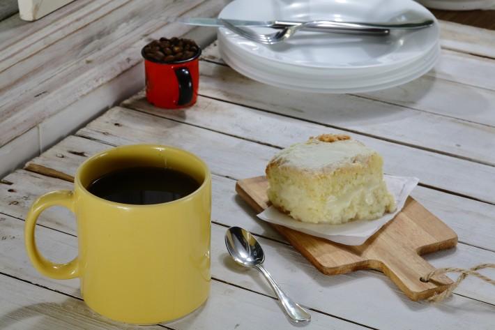 A sugestão do Béni Café (R. Lubavitch, 79, Bom Retiro, 3331-8563) é o café coado, na companhia de bolo de leite Ninho (R$ 17; foto de Paulo Bau)