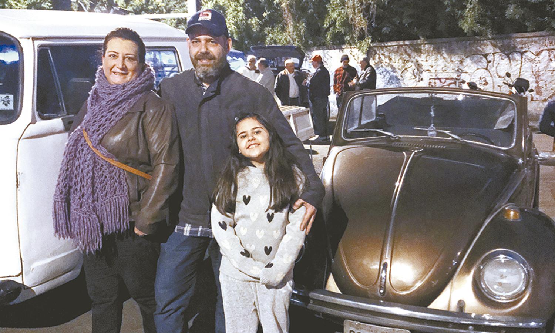 Ruy Izzi, a mulher Ana, a filha Giovana e o fusca raro. Foto: Mário Rossit
