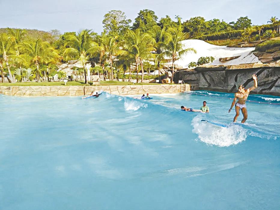 A foto da aula de surfe no Hot Park é da repórter Bruna Toni/Estadão