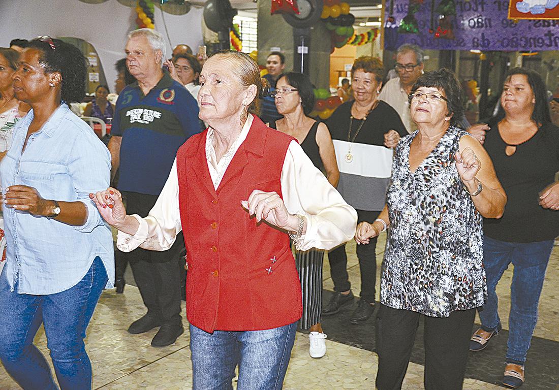 Homens e mulheres dançam em projeto de Centros Esportivos da Prefeitura de São Paulo. Foto: Mário Rossit
