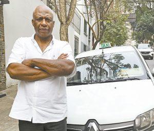"""Tem jeito? O taxista Antonio Carlos Domingos, 56 anos, diz que costuma sentir dores lombares durante o expediente: """"Não tem jeito. De vez em quando, tenho de parar e andar um pouco para dar uma esticada. Foto: Mário Rossit"""